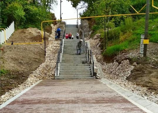 В Кунгуре завершают работы по ремонту лестницы у школы №1